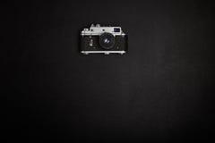 Câmera do filme do vintage na tabela do escritório Imagens de Stock