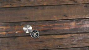 Câmera do guindaste, movendo, compasso aberto que encontra-se em uma mesa de madeira bonita, velha com espaço da cópia filme