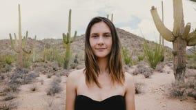 A câmera do movimento lento zumbe dentro na jovem mulher calma bonita que levanta com olhar muito calmo no parque atmosférico EUA video estoque
