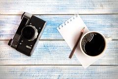 Câmera do vintage com café Imagem de Stock