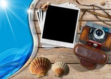 Câmera do vintage com fotos e as conchas do mar imediatas ilustração stock