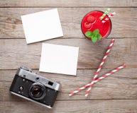 Câmera do vintage, duas fotos e batido da framboesa Fotografia de Stock Royalty Free