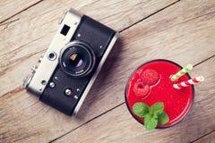 Câmera do vintage e batido da framboesa Imagens de Stock Royalty Free
