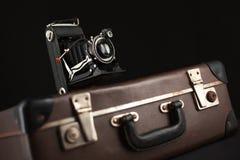 Câmera do vintage e mala de viagem velha Fotos de Stock