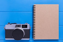 Câmera do vintage e papel do livro de nota Foto de Stock