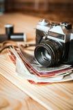 Câmera do vintage em uma tabela de madeira imagens de stock royalty free