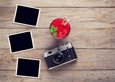 Câmera do vintage, fotos e batido da framboesa Fotos de Stock Royalty Free