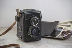 Câmera do vintage na tabela fotos de stock