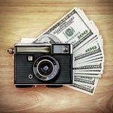 Câmera do vintage no dinheiro foto de stock
