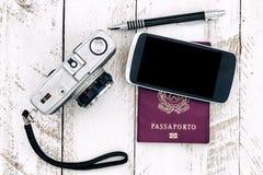 Câmera do vintage do passaporte e telefone esperto foto de stock