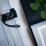 câmera do vintage, um álbum de fotografias velho na tabela de madeira branca fotografia de stock