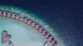 Câmera do zangão que gerencie ao redor casas de campo do oceano em Maldivas filme