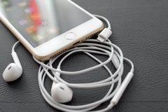 Câmera dupla positiva de IPhone 7 que unboxing iluminando o conector e e audio Fotos de Stock