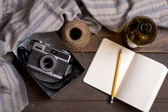 Câmera e caderno do vintage Imagens de Stock
