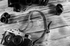 Câmera e filmes velhos do rangefinder na tabela de madeira Vista superior fotografia de stock royalty free