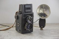 Câmera e flash do vintage fotografia de stock royalty free