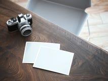 Câmera e fotos à moda na tabela de madeira rendição 3d Fotos de Stock