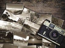 Câmera e fotos velhas do vintage em um fundo de madeira Foto de Stock Royalty Free