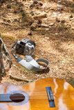 Câmera e guitarra no gound foto de stock royalty free