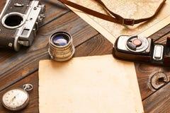 Câmera e lente do vintage no mapa do século da antiguidade XIX Fotografia de Stock