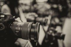 A câmera e a lente modernas em uma fotografia compram imagens de stock