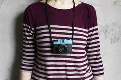 Câmera e mulher de Lomography Fotografia de Stock Royalty Free