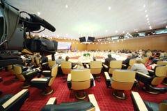 Câmera e sala de conferências com povos Imagem de Stock Royalty Free
