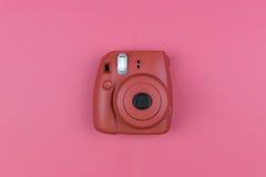 Câmera em um fundo cor-de-rosa Vista superior, configuração lisa Imagens de Stock Royalty Free
