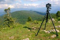 Câmera em um tripé Fotografia de Stock Royalty Free