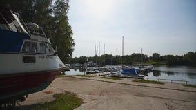 A câmera está aproximando o cais com barcos e barcos cinematic video estoque