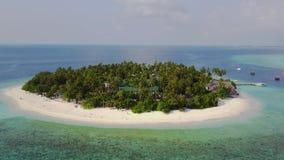 A câmera está aproximando-se em volta do hotel de resort da ilha tropical com as palmeiras da areia e Oceano Índico brancos de tu video estoque