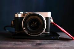 A câmera está em um close-up de madeira da tabela fotografia de stock royalty free