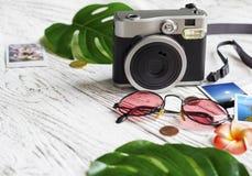 Câmera, foto, moedas, óculos de sol, folhas imagem de stock