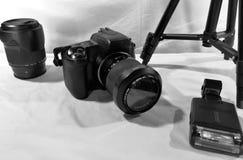 A câmera, a lente e outros dispositivos imagem de stock
