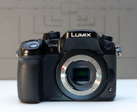 Câmera mirrorless de Panasonic Lumix DMC-GH4 foto de stock