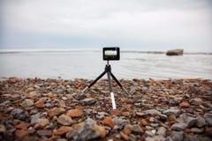 A câmera moderna pequena da ação, câmera da ação remove a opinião do mar Imagens de Stock