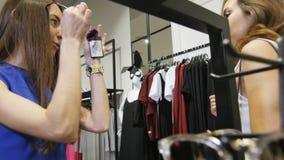 A câmera mostra óculos de sol na moldura e em meninas cor-de-rosa vídeos de arquivo
