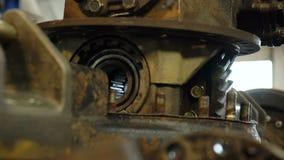 A câmera mostra as grandes peças oxidadas do caminhão fixadas na oficina vídeos de arquivo