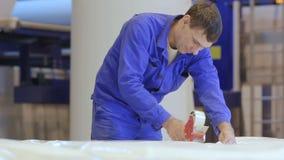 A câmera mostra a borracha de espuma da embalagem do trabalhador com fita adesiva vídeos de arquivo