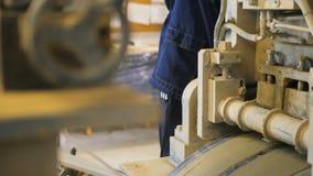 A câmera mostra a máquina que transporta o papel e o empregado de óleo video estoque