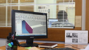 A câmera mostra o coordenador Working no computador com modelo do detalhe D filme
