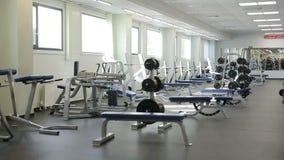 A câmera mostra o Gym vazio claro espaçoso com instrutores vídeos de arquivo