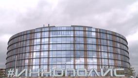 A câmera mostra o prédio de escritórios e o logotipo de Innopolis no primeiro plano video estoque