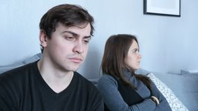 A câmera mostra os atores que esperam gravar no sofá do conforto vídeos de arquivo