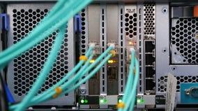 A câmera mostra os cabos obstruídos no servidor poderoso da mineração na exploração agrícola vídeos de arquivo