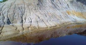 A câmera mostra a reflexão vento-fundida da inclinação no lago azul no poço video estoque