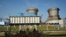 A câmera mostra reservatórios de óleo na planta de refinaria contra o céu azul filme