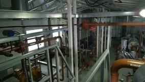 A câmera move-se acima do equipamento de produção estabelecido na companhia do gás filme