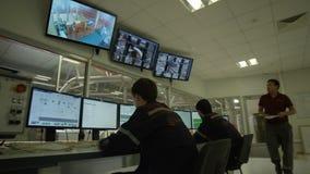 A câmera move-se ao longo do centro de controle com trabalhadores video estoque