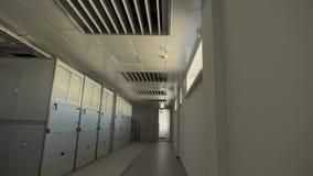 A câmera move-se ao longo do corredor onde há os grandes vestuários em que os filtros de ar industriais são colocados No quarto video estoque